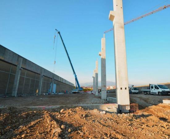 La costruzione del nuovo capannone di Acciaitubi per la produzione di tubi saldati